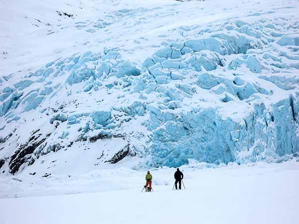 Skiing by glacier
